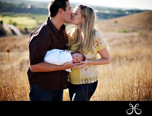 Kolla vad LYCKLIGA vi är på ett fält med vår baby, helt naturligt!